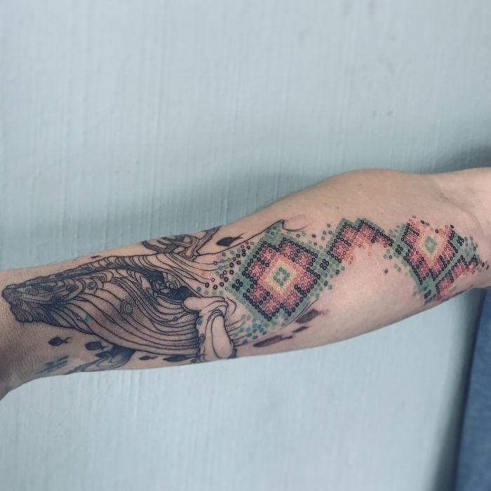 Artista realiza tatuajes que parecen bordados estilo arte huichol