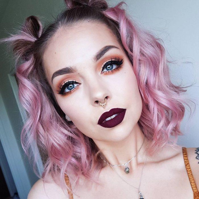 Chica de cabello a los hombros color rosa algodón de azúcar con dos chonguitos