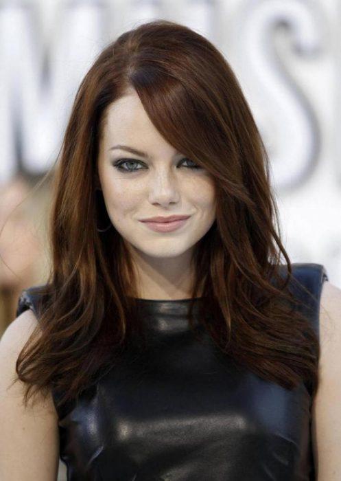 Chica de cabello largo y suelto color café chocolate y cobre