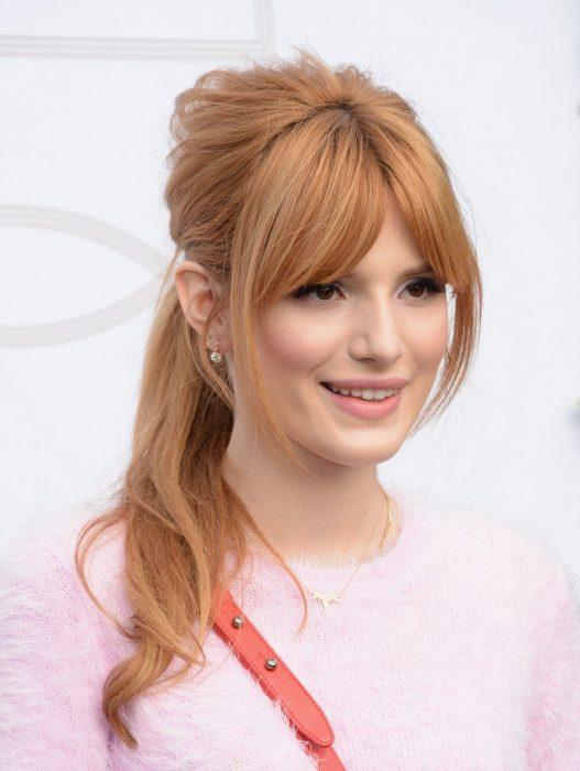 Chica de cabello largo con fleco color rubio fresa