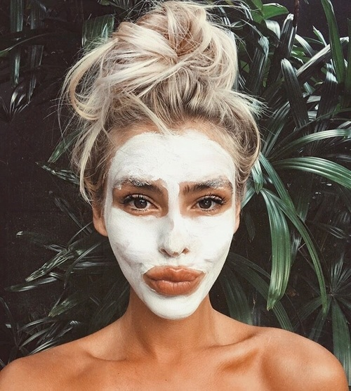 chica usando mascarilla facial