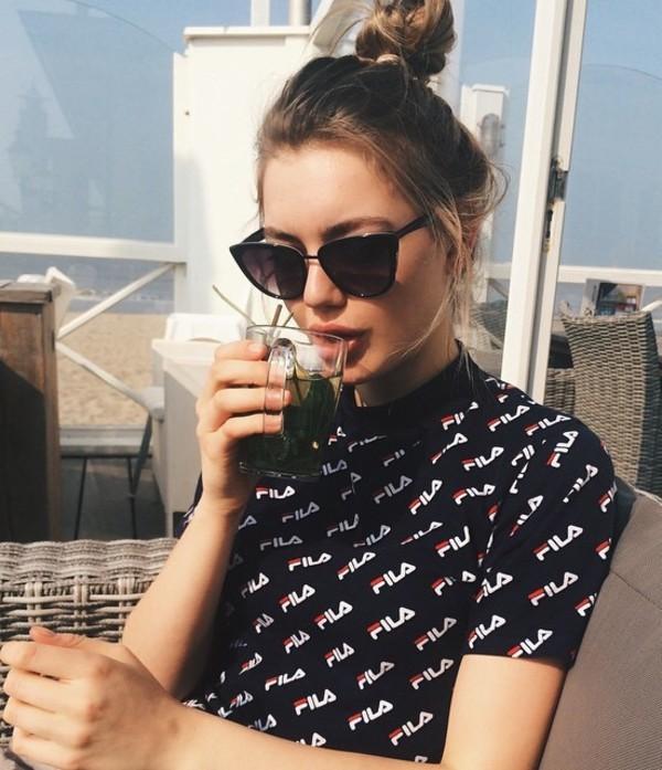 chica bebiendo un vaso de té verde frío