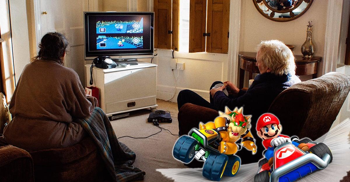 Pareja de abuelitos juega Mario Kart para dividirse las tareas del hogar