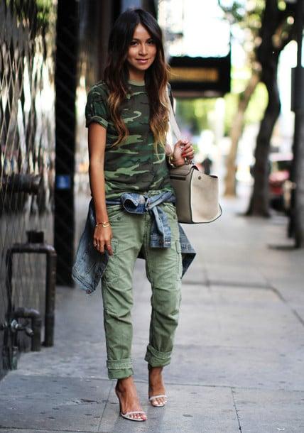 mujer con pantalón verde militar y camisa militar