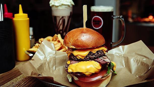 hamburguesa y tarros de cerveza