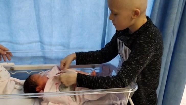 niño sin cabello cambiando a bebé