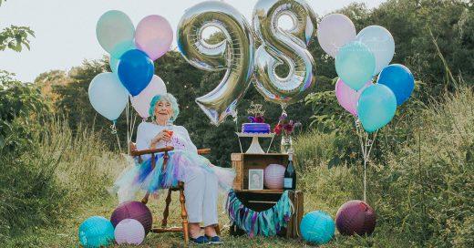Celebra sus 98 años de edad con una sesión 'smash cake' y el resultado es adorable