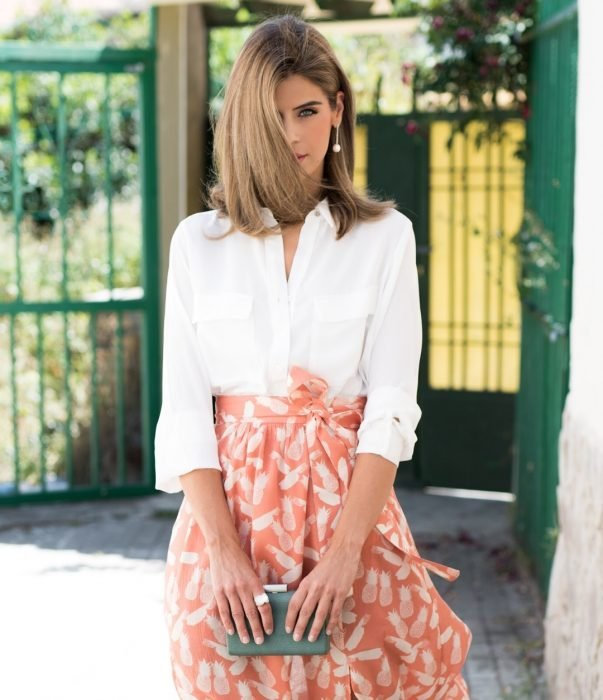 mujer con falda color coral