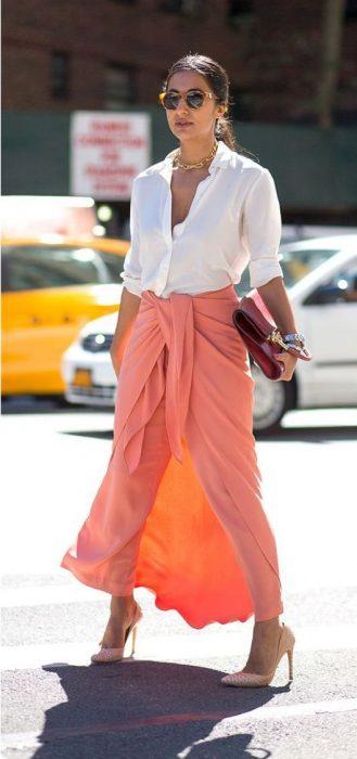 mujer con pantalón color coral