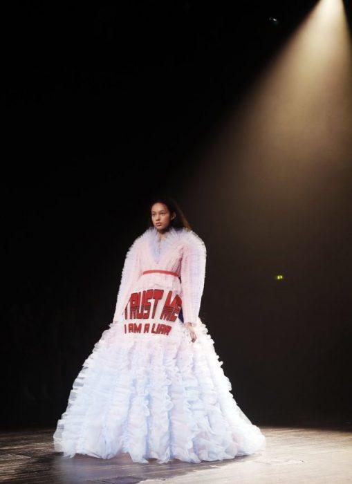 mujer pasarela de modas con vestido color blanco