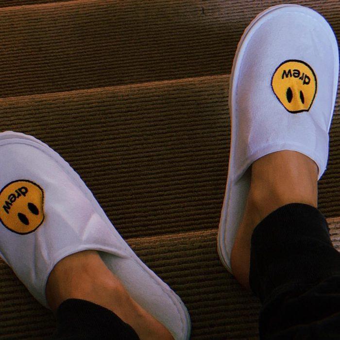 pantuflas con logo de sonrisa amarilla