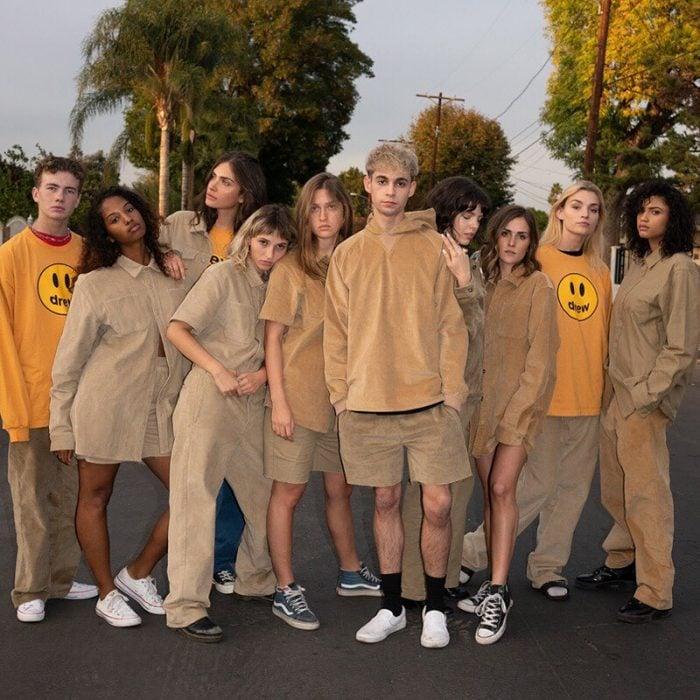 grupo de jóvenes con ropa color caqui y sudaderas