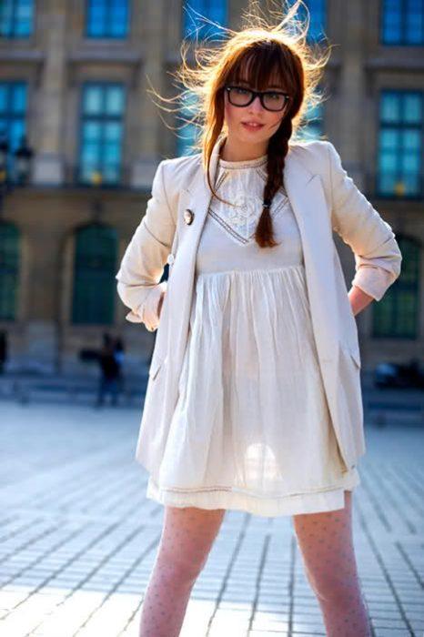 mujer con vestido corto blanco