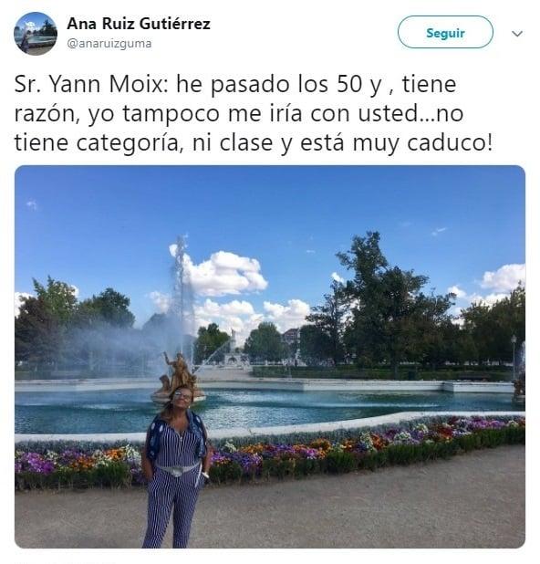 mujer frente a una fuente
