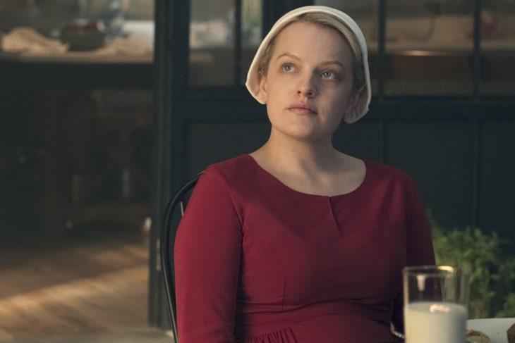 mujer rubia rojo con gorro blanco