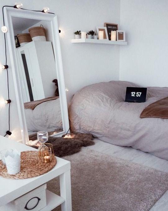 espejo de pie al lado de cama con luces focos