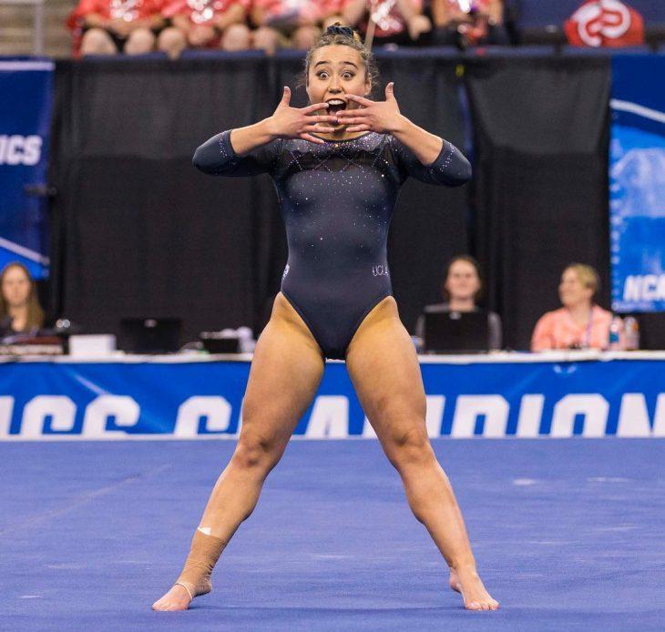 mujer con traje de gimnasia sorprendida