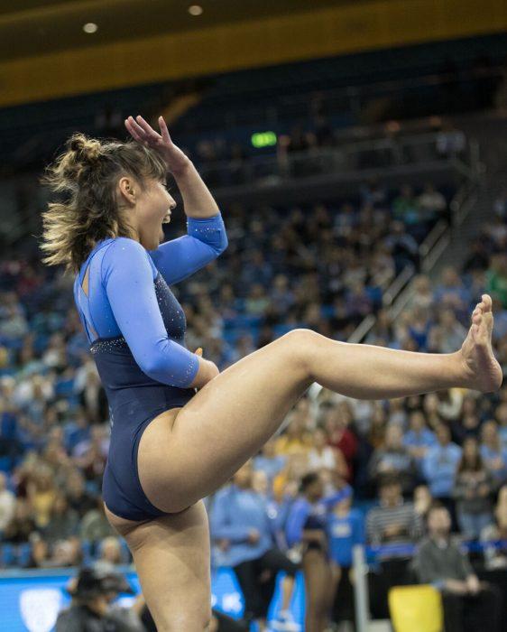 mujer gimnasta sonriendo divertida