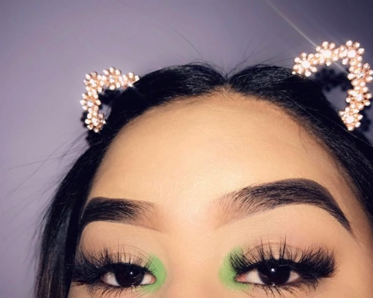 mujer con maquillaje verde limón lagrimal