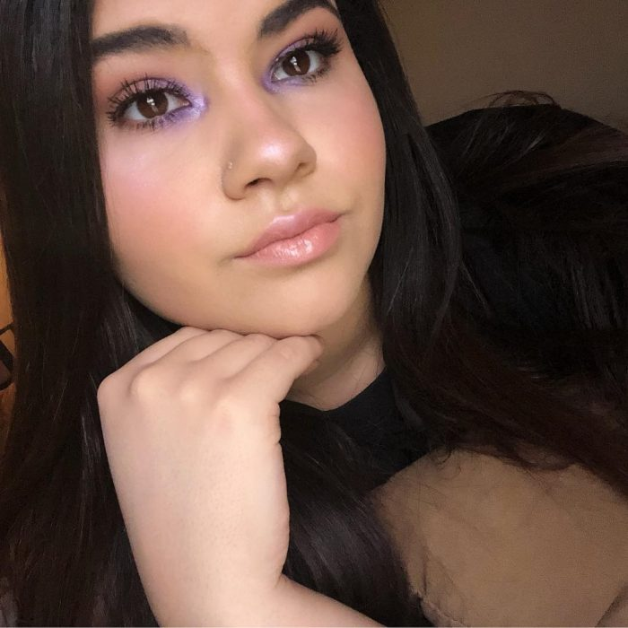 mujer con maquillaje lila lagrimal