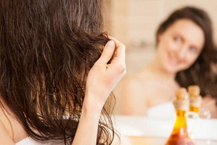 chica mirándose frente al espejo