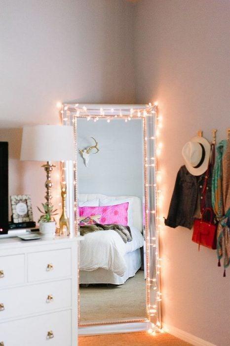 espejo de pie en un rincón con luces