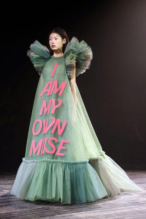 mujer pasarela de modas con vestido color verde limón