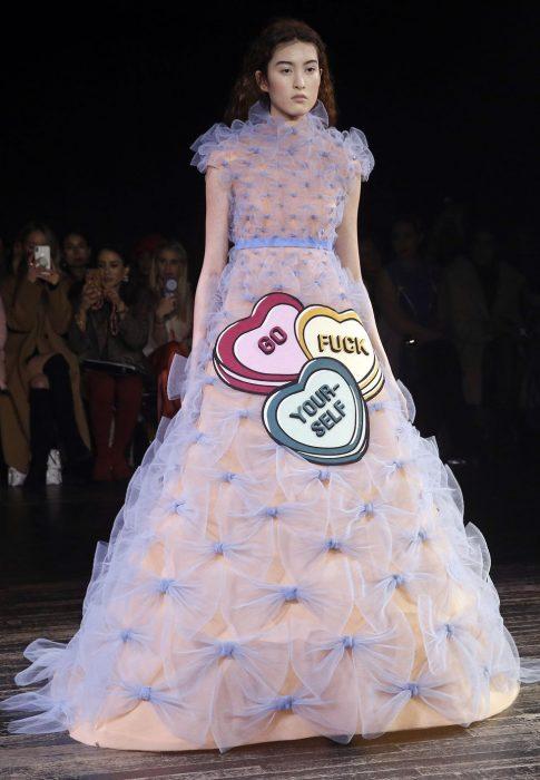 mujer pasarela de modas con vestido color lila rosa corazones