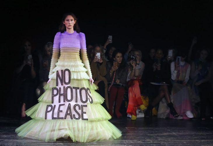 mujer pasarela de modas con vestido color morado blanco letras