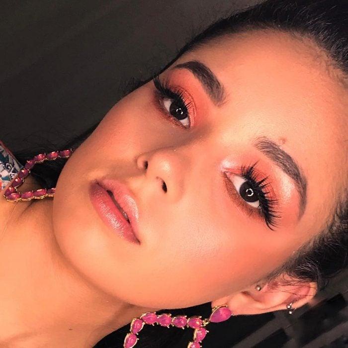 mujer con maquillaje color coral