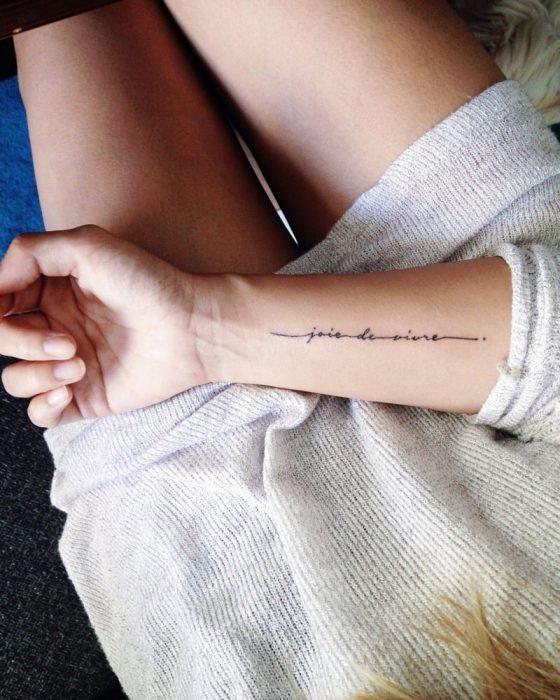 manos de mujer con tatuaje en el ante brazo