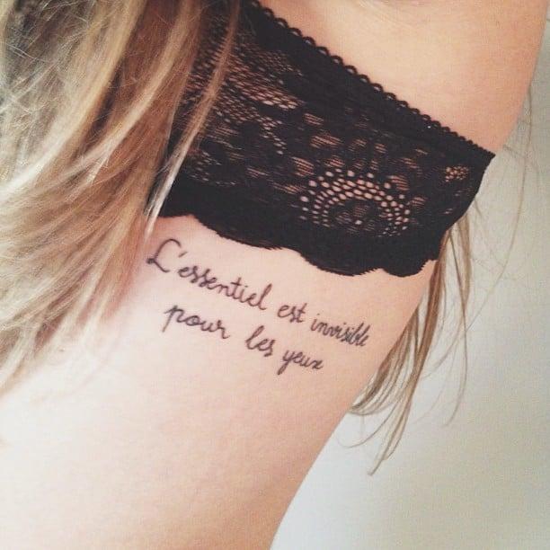 tatuaje de mujer en las costillas