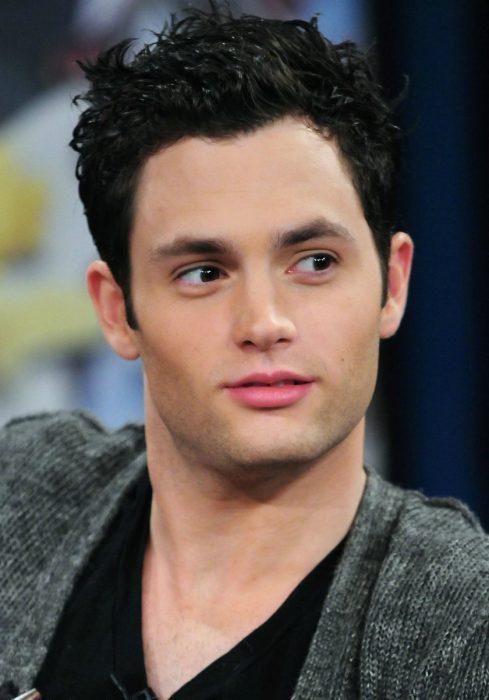 hombre guapo blanco con cabello negro camisa gris