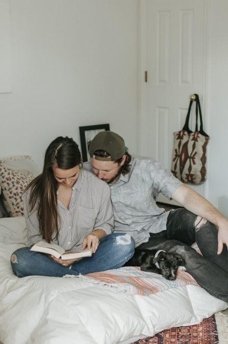 pareja de novios leyendo un libro