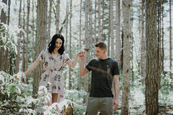 pareja paseando en el bosque