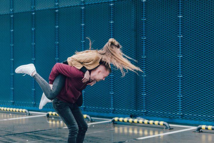 pareja jugando fuera de una escuela