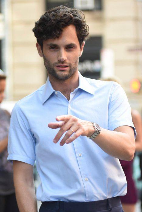 hombre guapo blanco con cabello negro camisa azul
