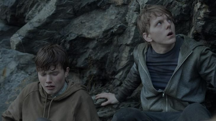adolescentes escondidos entre piedras