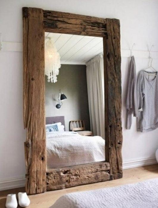 Espejo de pie con marco de madera