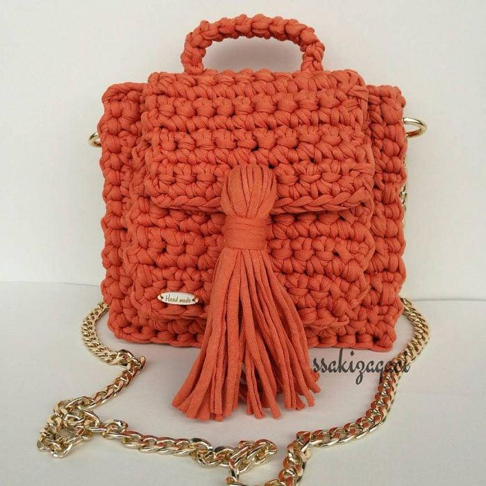 bolso naranja tejido con cadena