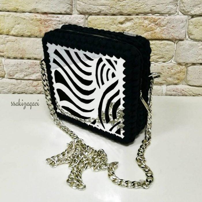 bolso negro tejido con cuadro metálico y cadena
