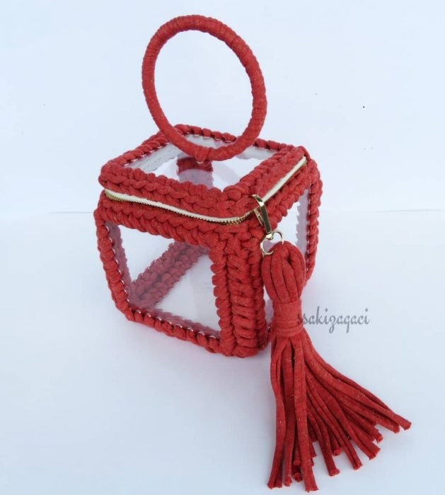 bolso rojo tejido con caja transparente