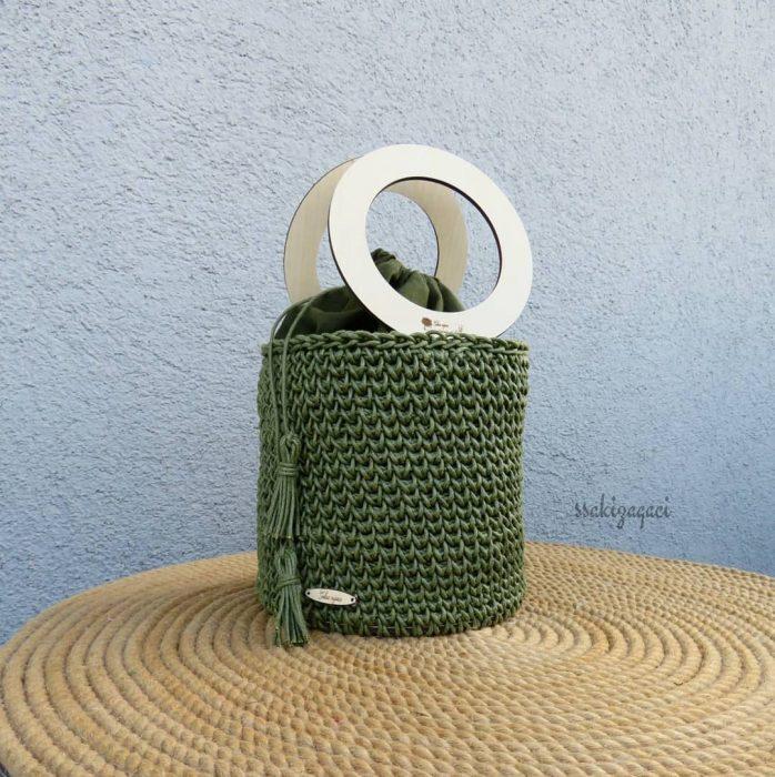 bolso verde con aros dorados