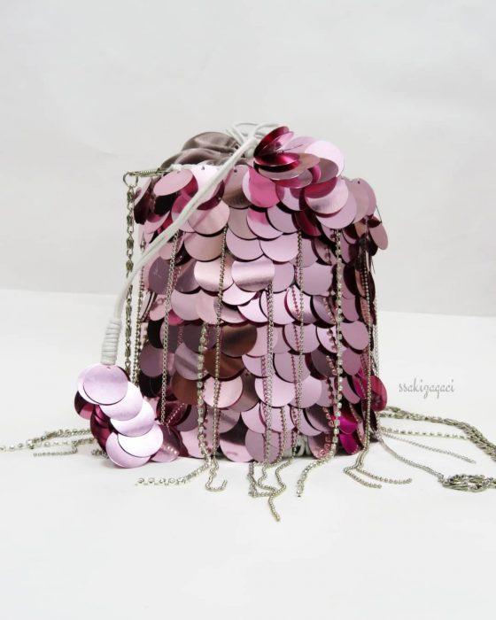 bolso tejido con lentejuelas rosas