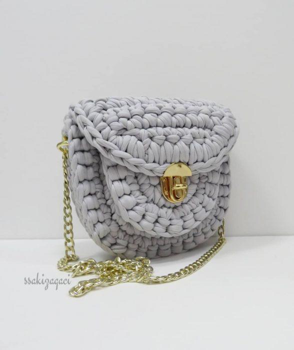 bolso gris tejido con cadena dorada