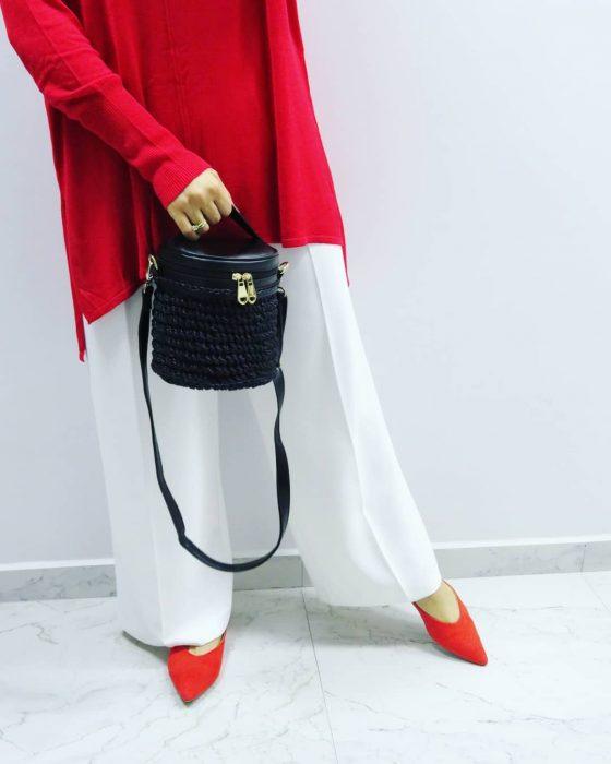 mujer con bolso negro tejido
