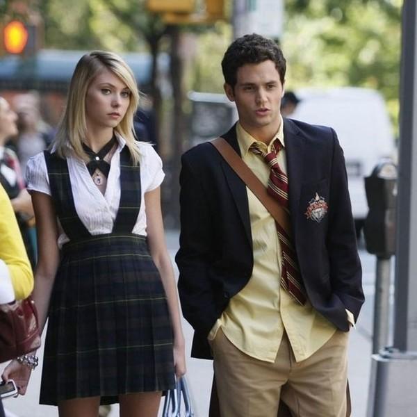 hombre guapo blanco con cabello negro hombre mujer rubia uniformes escolares