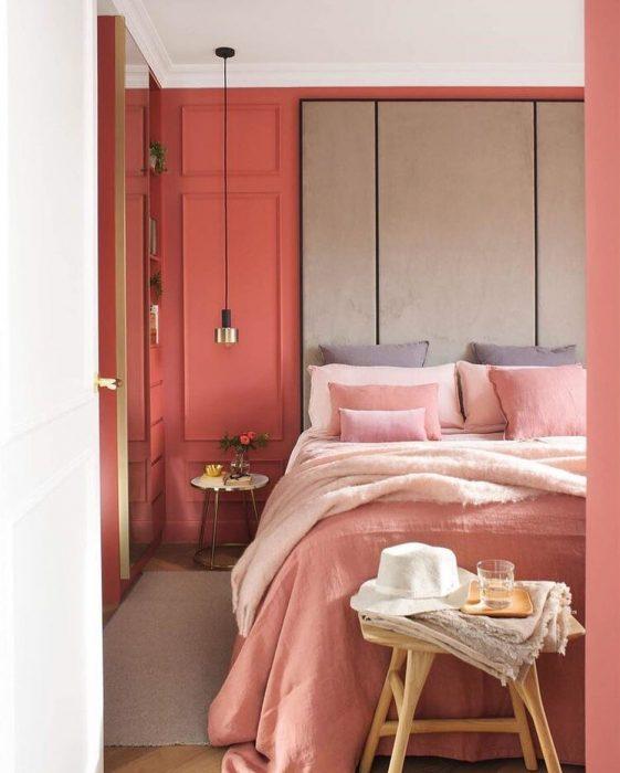 habitación con pared y sabanas coral