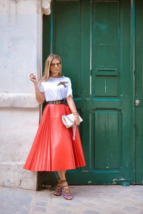 Chica usando una falda mientras posa en la calle para una foto