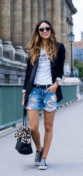 Chica vestida de manera elegante mientras posa para una foto